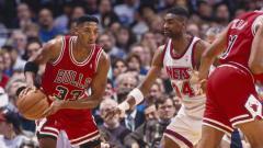 Indosport - Scottie Pippen (kiri) saat masih aktif bermain di kompetisi NBA bersama Chicago Bulls di tahun 1993.