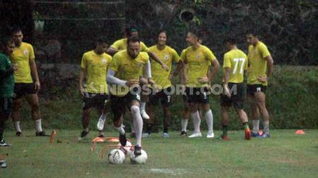 Polemik status bek asing klub Liga 1 PSS Sleman, Alfonso De La Cruz nampaknya belum usai. - INDOSPORT