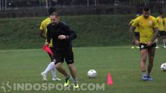 Indosport - Pelatih PSS Sleman, Dejan Antonic, memimpin latihan tim