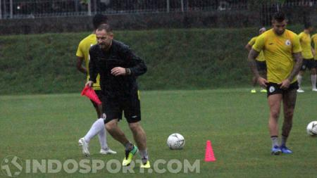 Pelatih PSS Sleman, Dejan Antonic, memimpin latihan tim menjelang laga Liga 1 2020. - INDOSPORT