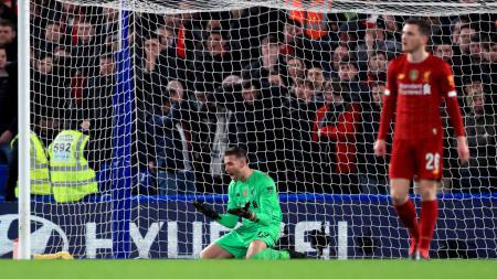 Adrian merasa kesal atas blunder yang ia lakukan di laga Piala FA antara Chelsea vs Liverpool - INDOSPORT