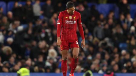 Bek tim Liga Inggris, Liverpool, Virgil van Dijk harus mendapat perawatan serius karena menderita cedera di laga uji coba kontra Red Bull Salzburg. - INDOSPORT