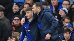 Indosport - Gelandang Chelsea Billy Gilmour (kiri) dan pelatih The Blues Frank Lampard (kanan).