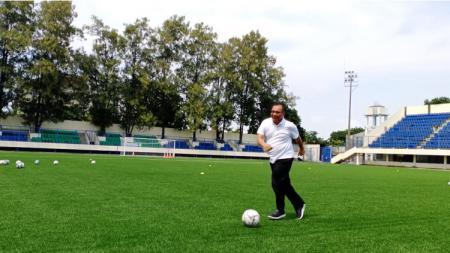 Plt. Wali Kota Medan, Akhyar Nasution, saat menjajal bola di Stadion Citarum, Semarang, Selasa (3/3/20). - INDOSPORT