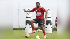Indosport - Salah satu striker Persipura Jayapura, Marinus Wanewar belum juga bergabung dalam penampilan timnya di kompetisi Liga 1 2020.