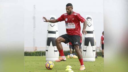 Salah satu striker Persipura Jayapura, Marinus Wanewar belum juga bergabung dalam penampilan timnya di kompetisi Liga 1 2020. - INDOSPORT