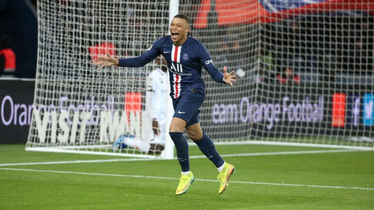 Striker Paris Saint-Germain, Kylian Mbappe merayakan golnya ke gawang Lyon di Semifinal Piala Prancis Copyright: Jean Catuffe/Getty Images