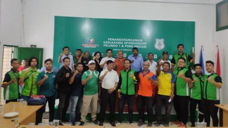 Kelompok suporter PSMS Medan foto bersama dengan pengurus dan Panpel pertandingan usia rapat menjelang kick-off Liga 2 2020. - INDOSPORT