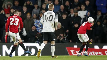 Gara-gara ini, dua bintang Manchester United rebutan klaim gol kala pecundangi Derby County di ronde lima Piala FA. - INDOSPORT