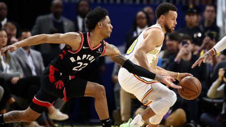 Bintang basket NBA dari Golden State Warriors, Stephen Curry (kanan) kembali bermain pasca cedera, pergerakannya dijaga oleh pemain Toronto Raptors, Patrick McCaw.