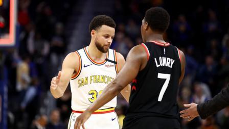 Rivalitas hanya terjadi saat bertanding, ketika laga usai, maka sportivitas harus dijunjung tinggi. Itulah yang ditunjukkan oleh pemain bintang Golden State Warriors, Stephen Curry dan bintang Toronto Raptors, Kyle Lowry