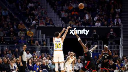 Aksi three points shots dari pemain megabintang Golden State Warriors, Stephen Curry saat melawan Toronto Raptors.