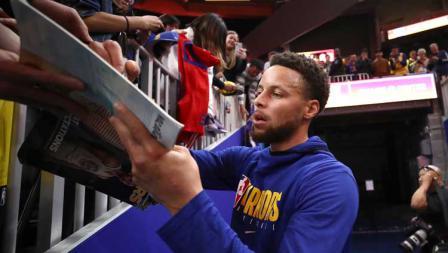 Pemain megabintang Golden State Warriors, Stephen Curry sebelum pemanasan dan bertanding memberikan tandatangan kepada fans.
