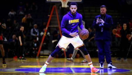 Kembali dengan tampil mencolok, pemain megabintang Golden State Warriors, Stephen Curry gunakan sepatu beda warna.