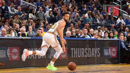 Setiap Stephen Curry memegang bola, pendukung tim basket NBA, Golden State Warriors langsung memberikan sorakan pujian untuknya. - INDOSPORT
