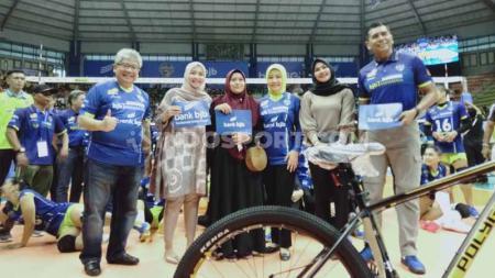 Mewakili Ridwan Kamil yang berhalangan hadir, Ibu Gubernur Jawa Barat, Atalia Praratya Kamil hadir untuk mendukung tim kebanggaan Bandung, Bandung BJB Tandamata, di Proliga 2020. - INDOSPORT