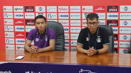 Pelatih Persik Kediri, Joko Susilo (kanan) menilai dua pemain asingnya masih belum menunjukkan performa yang sesuai ekspektasi di dua laga awal Liga 1 2020. - INDOSPORT