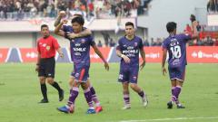 Indosport - Pemain Persita Tangerang, Edo Febriansah saat merayakan gol bersama teman satu tim.