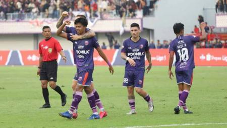Pemain Persita Tangerang, Edo Febriansah saat merayakan gol bersama teman satu tim. - INDOSPORT