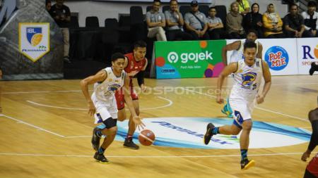 Louvre Surabaya kalah 72-79 lawan Prawira Bandung di DBL Arena Surabaya. - INDOSPORT
