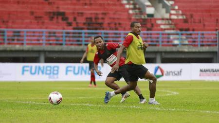 Skuat Persipura Jayapura saat berlatih jelang pertandingan Liga 1 2020. - INDOSPORT