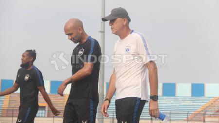 Dragan Djukanovic (kanan) saat berjalan bersama Bruno Silva (tengah) di sela-sela official training PSIS jelang lawan Persela di Liga 1 2020. - INDOSPORT
