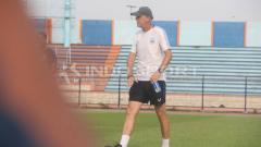 Indosport - Dragan Djukanovic saat memimpin PSIS Semarang melakukan official training di Stadion Surajaya.