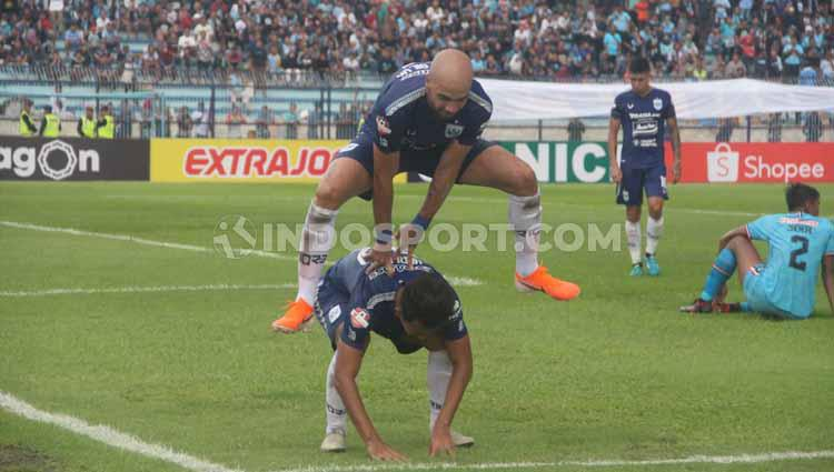 Selebrasi pemain PSIS Semarang Bruno Silva usai berhasil membobol gawang Persela Lamongan pertandingan pada Liga 1 di Stadion Surajaya, Lamongan, Sabtu (07/03/2020). Copyright: Alvin Syaptia Pratama/INDOSPORT