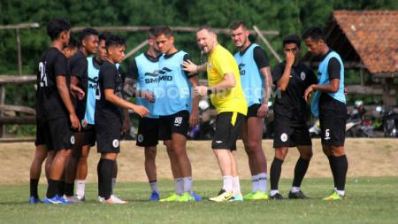 Dejan Antonic memimpin sesi latihan klub Liga 1, PSS Sleman. - INDOSPORT