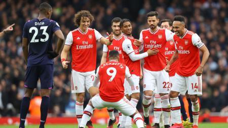 Lacazette merayakan golnya ke gawang West Ham bersama skuat Arsenal - INDOSPORT