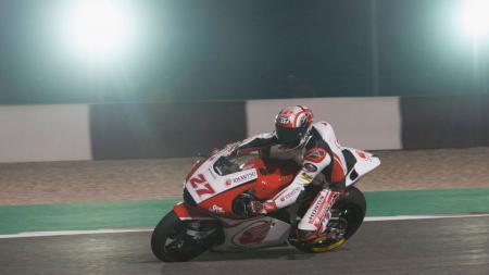 Pembalap asal Indonesia, Andi Farid Izdihar atau Andi Gilang membongkar alasan ia gagal menembus posisi 20 besar di Moto2 Qatar akhir pekan lalu. - INDOSPORT