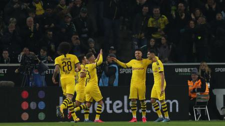 Achraf Hakimi merayakan gol yang ia cetak bersama rekan-rekannya dalam laga Borussia Monchengladbach vs Borussia Dortmund - INDOSPORT