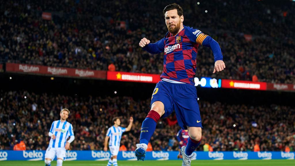 Lionel Messi berselebrasi usai mencetak gol penalti di laga Barcelona vs Real Sociedad Copyright: Silvestre Szpylma/Quality Sport Images/Getty Images