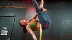 Indosport - Dewi Perssik ketika berlatih pole dance