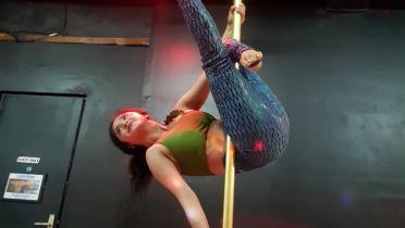 Kebanyakan Makan Opor Lebaran, Dewi Perssik Mulai Bergerilya di Tiang Pole Dance