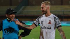 Indosport - Pilar asing Madura United, Jacob Scott Pepper mengakui merindukan atmosfer Liga 1 setelah menjalani delapan bulan tanpa bertanding akibat pandemi virus corona.