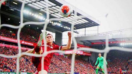 Bintang Liverpool, James Milner, menorehkan catatan yang menakjubkan kala timnya ditahan imbang oleh Everton dalam lanjutan Liga Inggris 2019/20. - INDOSPORT