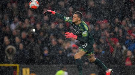 Momen Ederson melempar bola yang mengarah ke Scott McTominay dan berujung gol untuk Man United. - INDOSPORT