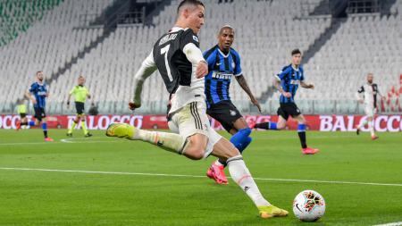 Cristiano Ronaldo saat dijaga oleh Ashley Young di laga Juventus vs Inter Milan - INDOSPORT