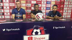 Indosport - Pelatih Persiraja Banda Aceh, Hendri Susilo (tengah), didampingi pemain asingnya, Adam Mitter (kiri), dalam temu pers jelang pertandingan melawan Madura United.