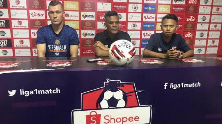 Pelatih Persiraja Banda Aceh, Hendri Susilo (tengah), didampingi pemain asingnya, Adam Mitter (kiri), dalam temu pers jelang pertandingan melawan Madura United. - INDOSPORT