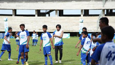 Legenda hidup klub Liga 1 PSM Makassar, Syamsul Chaeruddin (tengah), menjadi pelatih pada kegiatan Soccer Training Aqua DNC 2020 Regional Makassar di Stadion Barombong, Makassar (08/03/20). - INDOSPORT