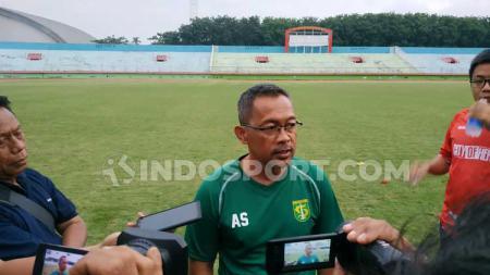 Pelatih Aji Santoso memimpin latihan klub Liga 1, Persebaya, di Stadion Gelora Delta, Sidoarjo. - INDOSPORT