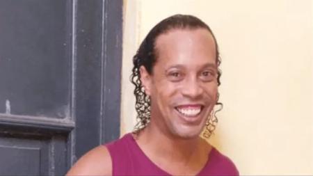 Setelah dinyatakan bebas dari penjara Paraguay, Ronaldinho akan menjalani syarat berat yaitu tidak boleh keluar dari Brasil selama dua tahun. - INDOSPORT