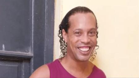 Sebelum genap berusia 40 tahun Ronaldinho selaku legenda Barcelona sempat lakukan momen gila pecundangi para legenda Manchester United dan curi trofi. - INDOSPORT
