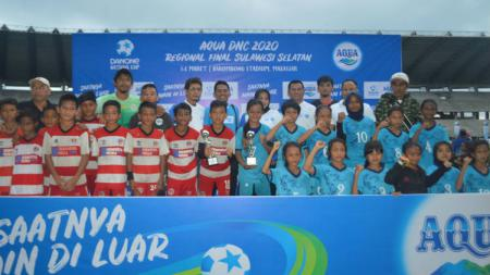SSB IM Ternate Merah (merah-putih) dan SSB Gallarang (biru) menjadi juara pertama kategori Putra dan Putri Aqua DNC 2020 Regional Sulsel di Stadion Barombong, Makassar, Minggu (08/03/20). - INDOSPORT