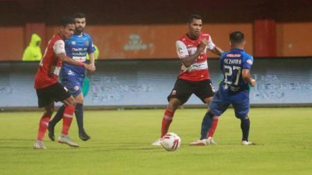 Klasemen Liga 1 2020 per hari Senin (09/03/20), memperlihatkan kisah Madura United yang tertahan, dan Persib Bandung tetap di posisi puncak. - INDOSPORT