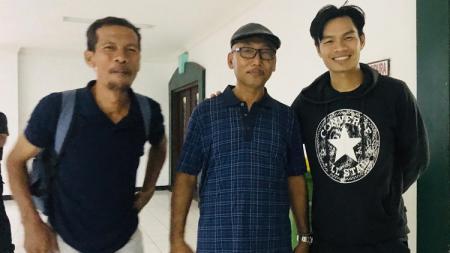 Juan Revi (kanan) didampingi Pelatih Kepala PSHW Yusuf Ekodono (kiri) dan Manajer PSHW Suli Daim (tengah) usai laga uji coba di Stadion Gelora Delta Sidoarjo, Sabtu (7/3/20). - INDOSPORT