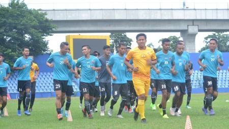 Skuat Sriwijaya FC tetap jalani latihan meski kompetisi Liga 2 2020 dihentikan karena wabah virus corona. - INDOSPORT