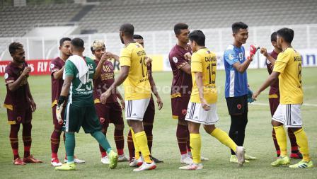 Pemain PSM Makassar dan Kaya FC saling berjabat tangan sebelum memulai pertandingan penyisihan Grup H Piala AFC 2020.